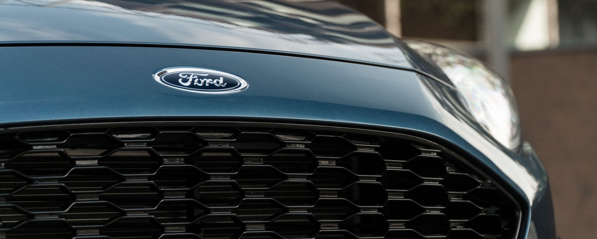 Ford Fiesta 1.0 Ecoboost Hybrid 125 CV ST-Line, l'Ovale Blu sul frontale