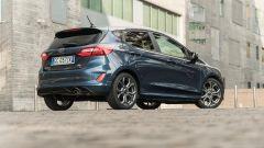 Ford Fiesta 1.0 Ecoboost Hybrid 125 CV ST-Line, vista 3/4 posteriore