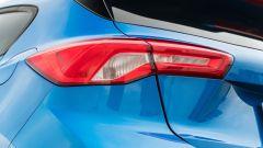 Ford Focus 1.0 EcoBoost Hybrid ST Line X, dettaglio del gruppo ottico posteriore