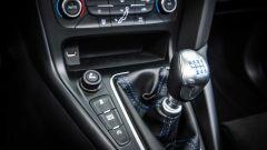 Ford Focus RS: la leva del cambio è corta e gli innesti sono estremamente precisi