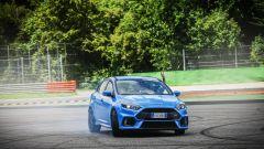 Ford Focus RS: in pista con 350 cv (e uno strano ospite) - Immagine: 42