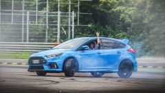 Ford Focus RS: in pista con 350 cv (e uno strano ospite)