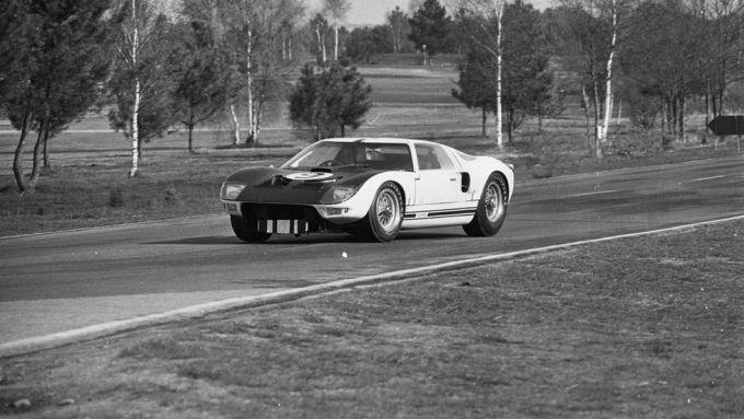 Ford GT40: il muletto impegnato su una pista di collaudo