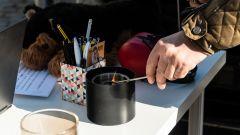 Ford Kuga smartworking: all'aperto fa ancora freddo, si accende il fuocherello...