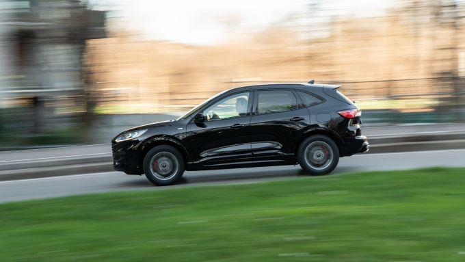 Ford Kuga vs Hyundai Tucson: la Kuga full hybrid durante la prova su strada