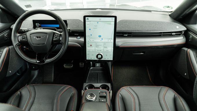 Ford Mustang Mach-e AWD: gli interni