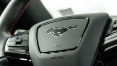 Ford Mustang Mach-e: il volante con logo Mustang