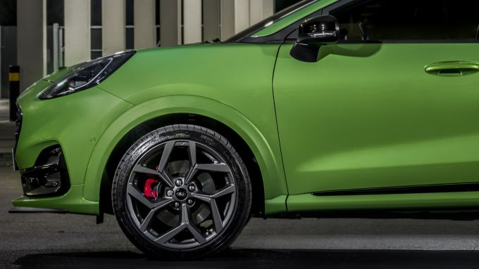 Ford Puma ST: dettaglio del cerchio da 19'' e del disco da 325 mm