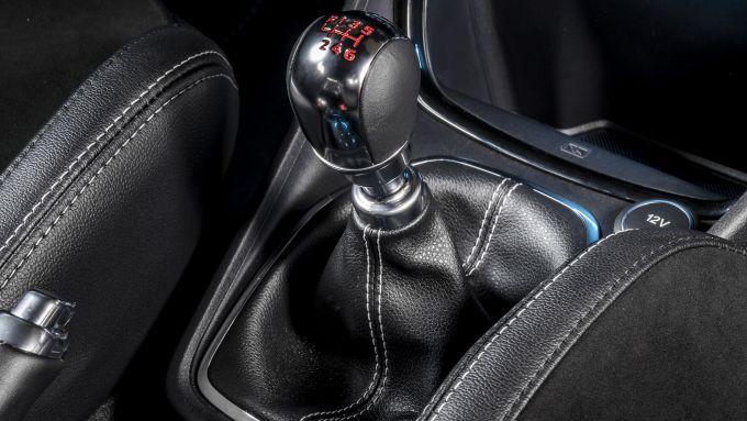 Ford Puma ST: la leva del cambio manuale a 6 marce