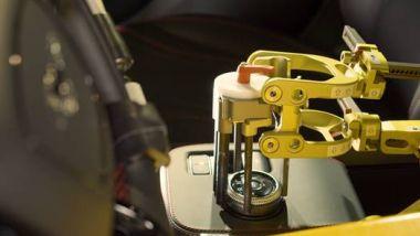 Ford robot collaudatori: la mano meccanica comanda il cambio automatico