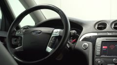 Ford S-Max 2013: la pelle del volante dei sedili è come nuova