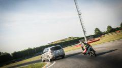 Ford S-Max e minimoto gp: la sfida in pista. Guarda il video - Immagine: 6