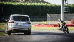 Ford S-Max e minimoto gp: la sfida in pista. Guarda il video - Immagine: 5