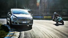 Ford S-Max e minimoto gp: la sfida in pista. Guarda il video