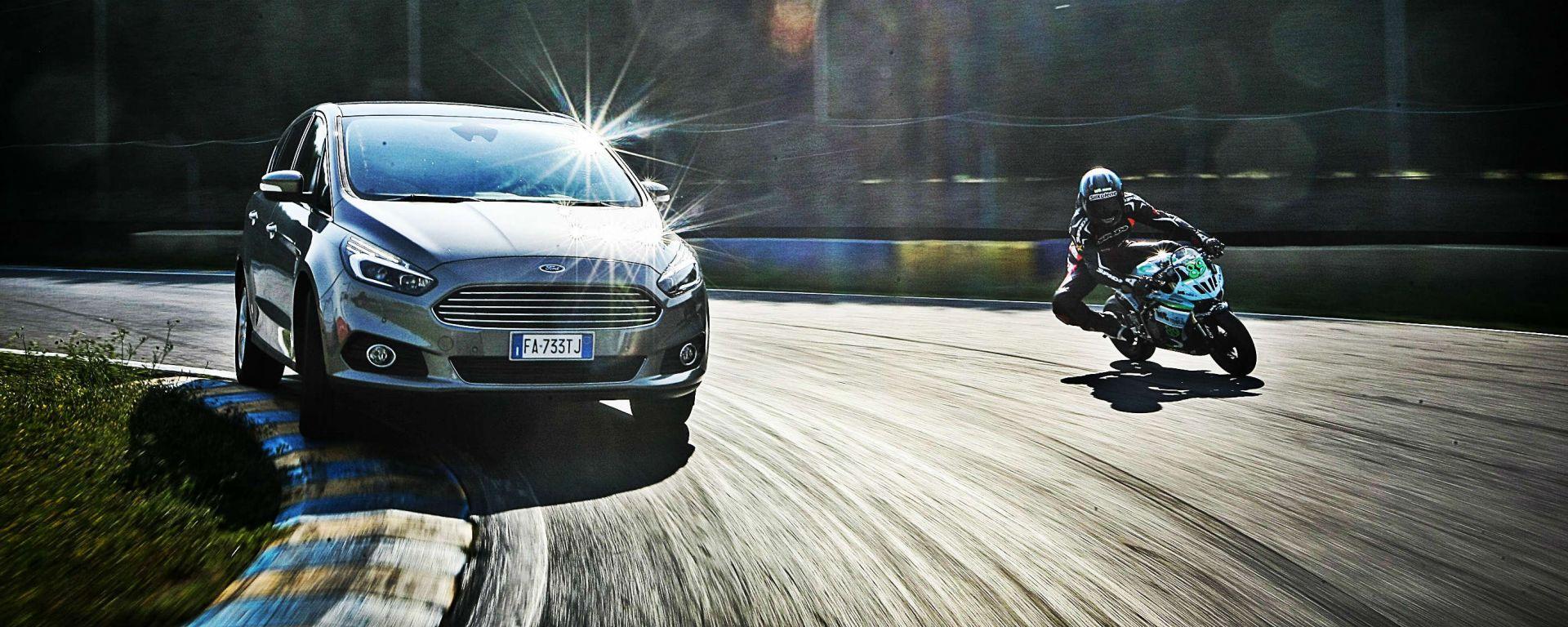 Ford S-Max e minimoto gp: la sfida in pista. Guarda il video