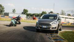 Ford S-Max: sfida in pista con la minimoto gp