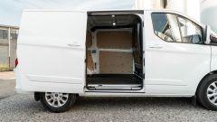 Ford Transit Custom Plug-in Hybrid: gli interni del vano hanno le pareti in legno