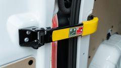 Ford Transit Custom Plug-in Hybrid: i ganci del portellone posteriore permetteno di aprire le porte fino a 90° o, all'occorrenza