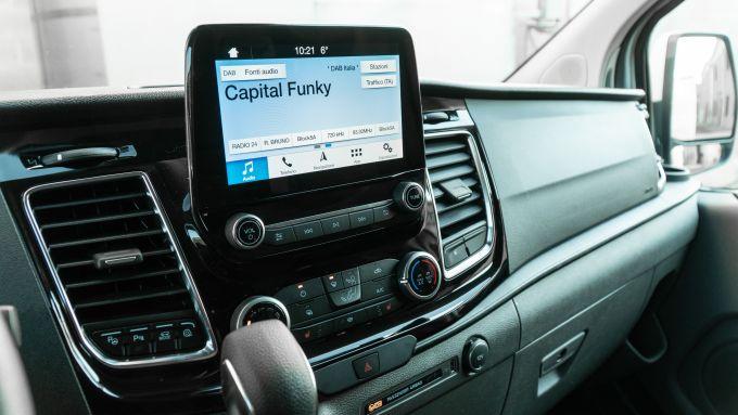 Ford Transit Custom Plug-in Hybrid: il display da 8'' ha la connettività Apple CarPlay e Android Auto