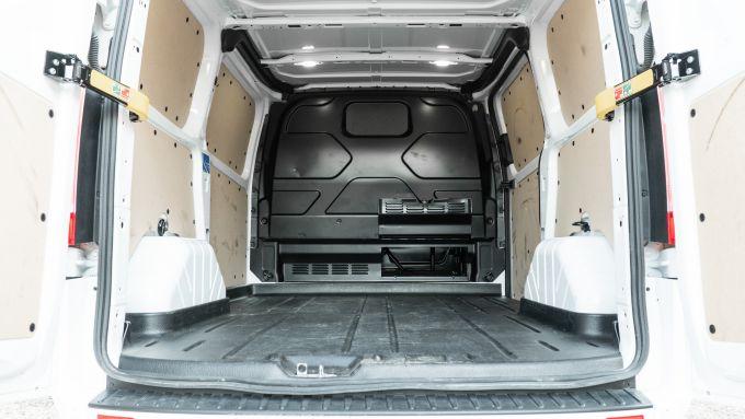 Ford Transit Custom Plug-in Hybrid: il vano di carico e la paratia alzata