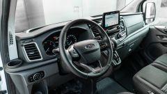 Ford Transit Custom Plug-in Hybrid, interni: l'abitacolo di stampo automobilistico