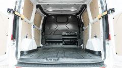 Ford Transit Custom Plug-in Hybrid: lo spazio nel vano di carico aumenta con la paratia