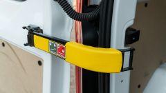 Ford Transit Custom Plug-in Hybrid: sbloccando i ganci le portiere del portellone posteriore si aprono fino a 180°
