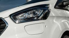 Ford Transit Custom Plug-in Hybrid: sotto il faro anteriore sinistro lo sportellino per la ricarica
