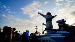 Formula E, ePrix Ad Diriyah 2019: Alexander Sims (Bmw) festeggia dopo il traguardo