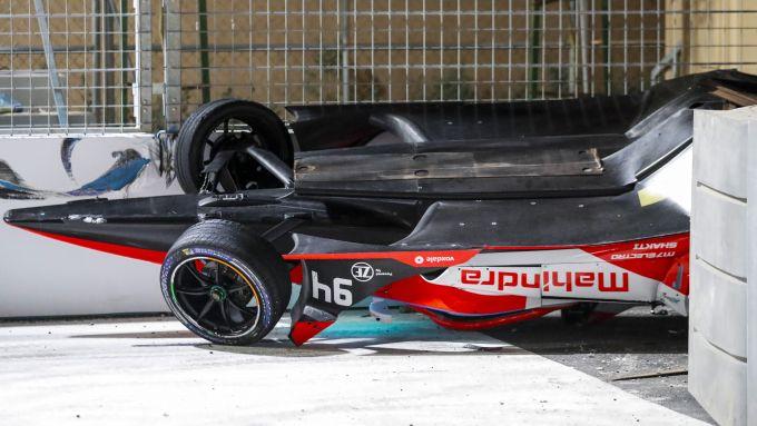 Formula E ePrix Ad Diriyah 2021: la Mahindra di Alex Lynn ribaltata a fine gara