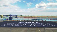 Formula E ePrix Berlino 2020: la scritta End Racism disegnata sull'asfalto del circuito di Tempelhof