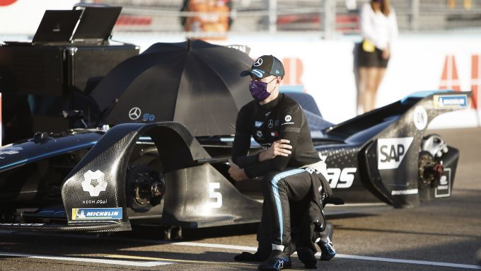 Formula E ePrix Berlino 2020: Stoffel Vandoorne (Mercedes) inginocchiato prima del via di gara-1