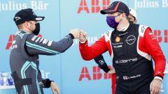 Formula E ePrix Berlino-5 2020: Oliver Rowland (Nissan) festeggia con Tom Blomqvist (Jaguar)