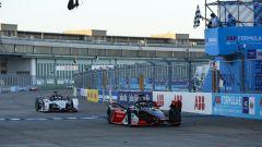 Formula E ePrix Berlino-5 2020: René Rast (Audi) precede sul traguardo André Lotterer (Porsche)