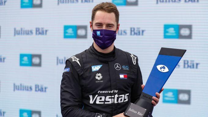 Formula E ePrix Berlino-6 2020: Stoffel Vandoorne (Mercedes) con il trofeo della pole position