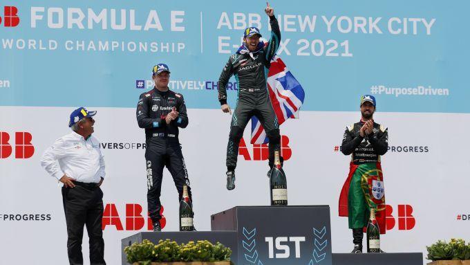 Formula E ePrix New York 2021, Brooklyn: Bird (Jaguar) sul podio con Cassidy (Virgin) e Da Costa (Ds)