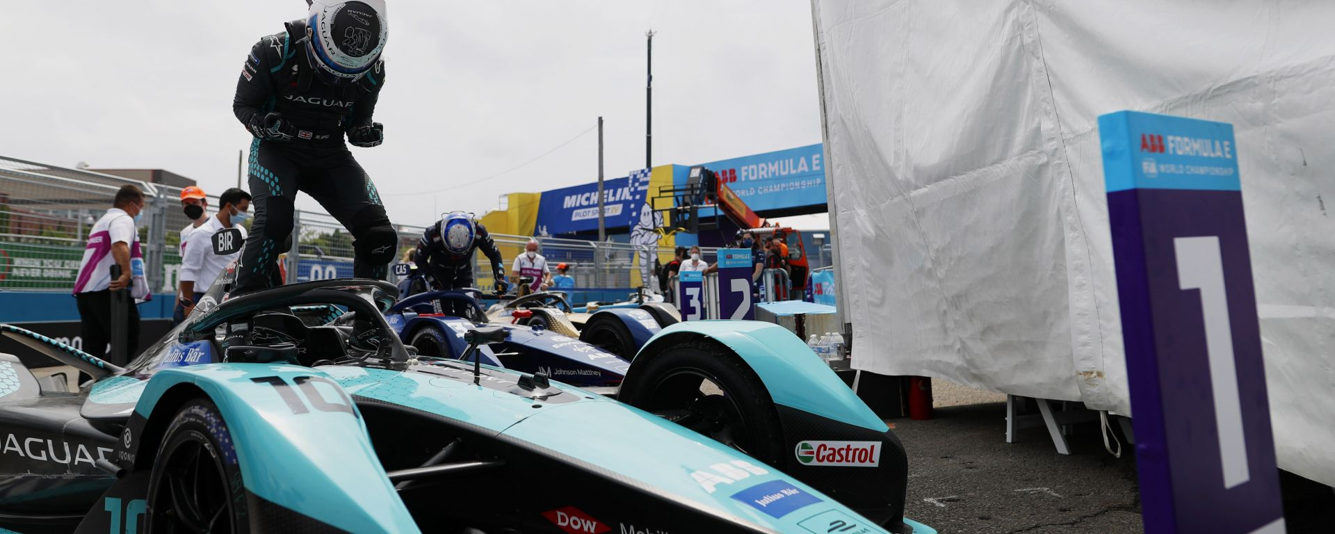 Formula E ePrix New York 2021, Brooklyn: Sam Bird (Jaguar Racing) festeggia dopo il traguardo