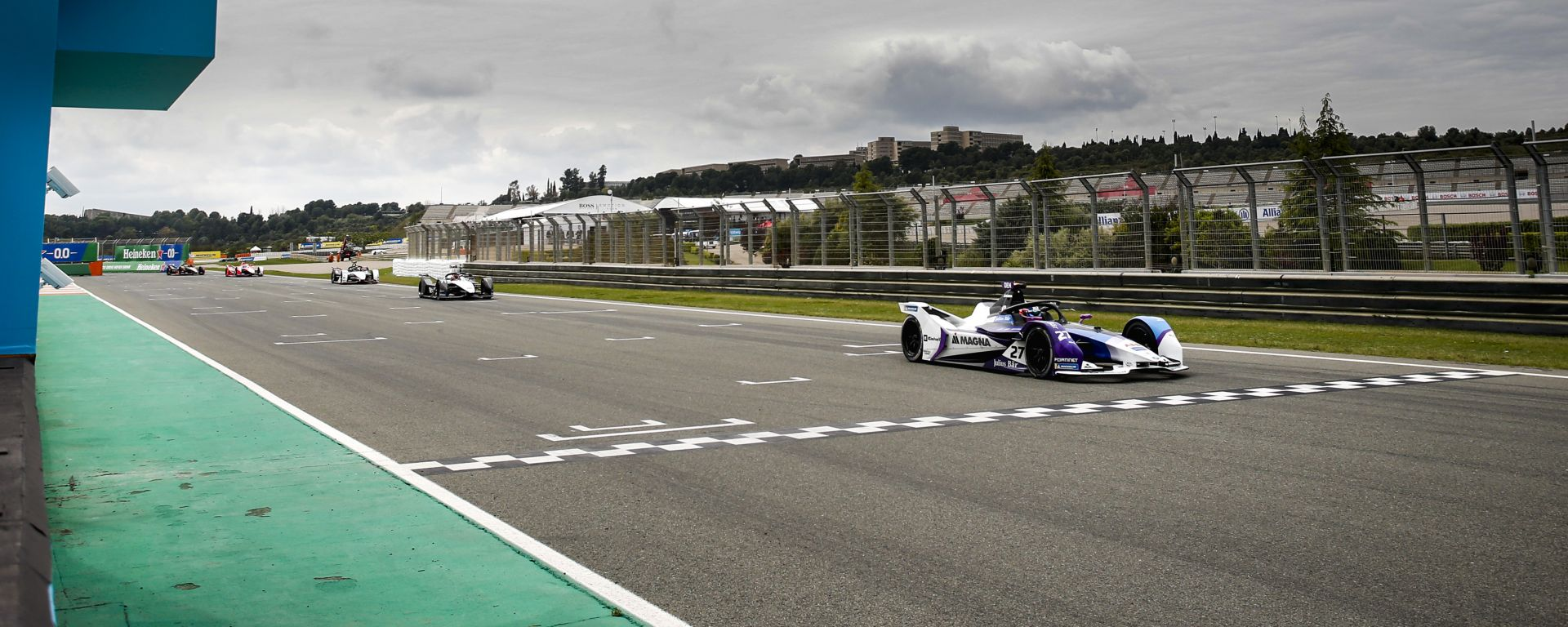 Formula E ePrix Valencia 2021: Jake Dennis (Bmw i Andretti Motorsport) taglia per primo il traguardo