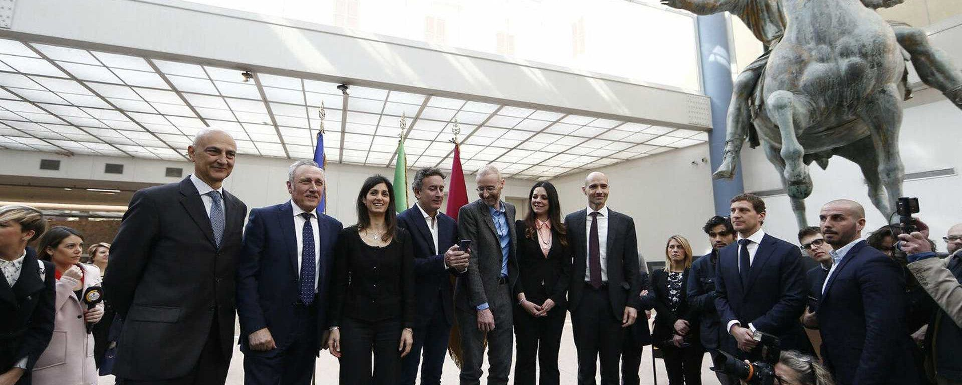 Foto di gruppo al termine dell'evento di presentazione del Rome ePrix, al centro il sindaco Virginia Raggi e il presidente della