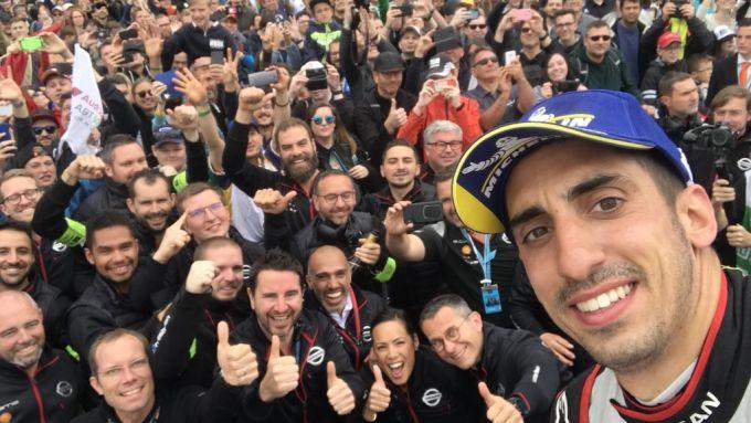 Foto di gruppo: Buemi festeggia con i propri meccanici dopo il primo podio della stagione