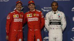 Foto di rito dei primi 3 delle qualifiche: Leclerc in mezzo a Vettel e Hamilton