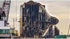 Foto e video di una nave piena di auto che viene tagliata in due