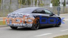 Foto spia di Mercedes EQS: visuale di 3/4 posteriore