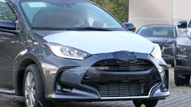 Foto spia: questa Toyota Yaris sarebbe stata pizzicata in un parcheggio pieno di Mazda
