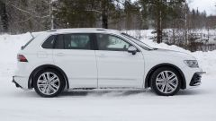 Foto spia Volkswagen Tiguan 2020: la vista laterale mostra pinze freno blu, come sulla Passat GTE