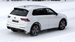 Foto Spia Volkswagen Tiguan 2020, vista 3/4 posteriore: i 4 tubi di scarico identificano la Tiguan R