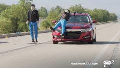 Frenata automatica con riconoscimento pedone: test con due adulti a bordo strada