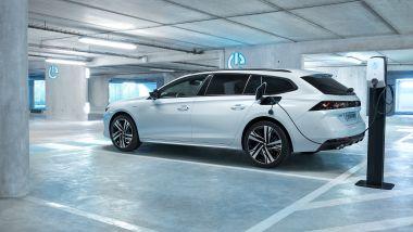 Gamma Peugeot Plug-in Hybrid: la 508 sw mentre ricarica