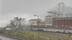 Crolla ponte Morandi a Genova, chiuso svincolo A7-A10. Traffico in tilt