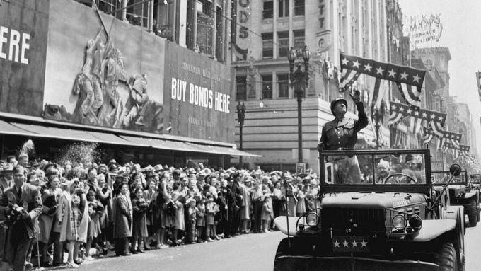 George S. Patton in parata per le strade di Los Angeles